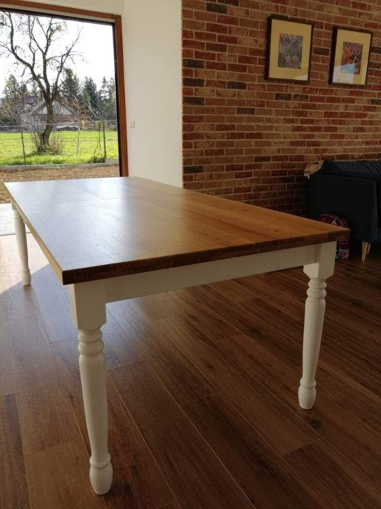 Stół dębowy 100x230cm. rozkładany do 330cm. Blat klejony warstwowo, lakierowany na półmat. Nogi toczone, lakierowane na biały mat.