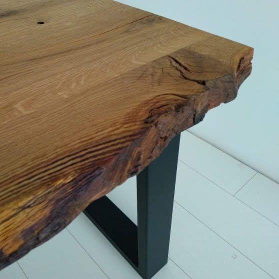 Stół z blatem dębowym bez wypełniania naturalnych ubytków. Impregnowany olejem.